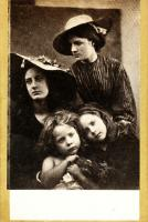 Julia Margaret Cameron - Summer Days (May Prinsep, Freddy Gould, Lizzie Koewen, Mary Ryan)
