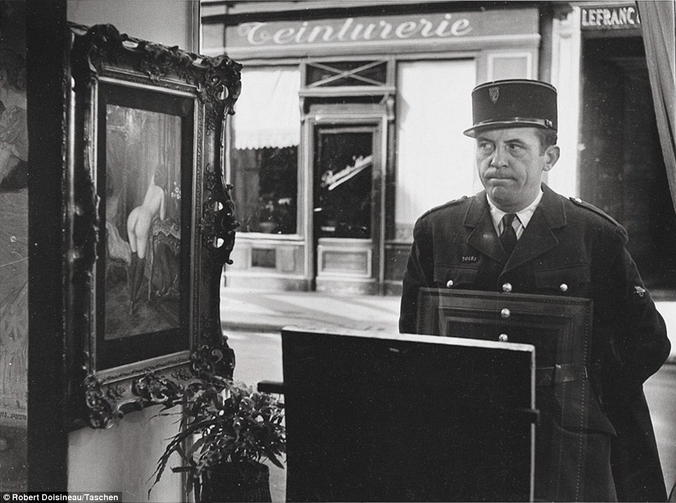 Robert Doisneau - Un Regard Oblique, in front of the Gallery Romi, Rue de Seine, Paris