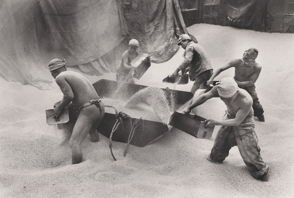 Carl Mydans - Unloading Rice, Kobe, Japan
